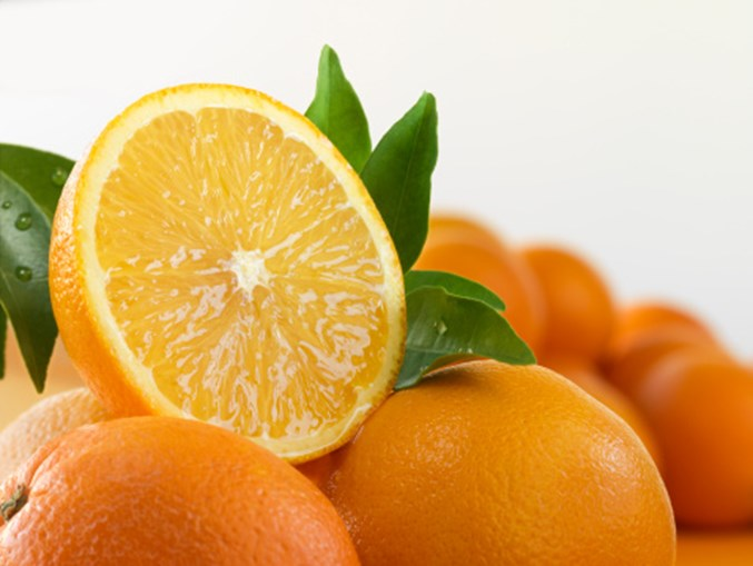 A laranja é rica em vitamina C, o que pode ajudar a melhorar a saúde do seu tecido ocular, segundo o ensaio clínico 'Age-Related Eye Diseases Study', patrocinado pelo 'National Eye Institute'