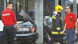 Choque de metro e carro fere três em Almada