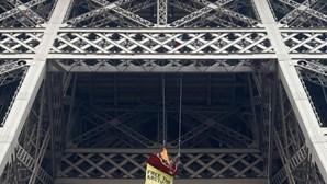 Ativista pendura-se na Torre Eiffel
