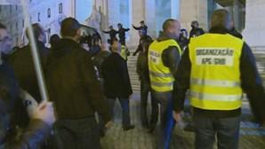 Polícias invadem escadaria da Assembleia da República