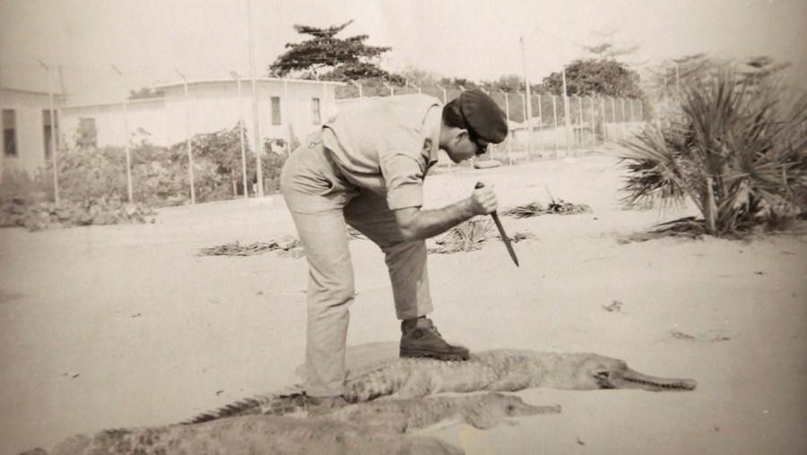 Junto ao rio Zaire, entre 1963 e 1965. Numa pose para a produção fotográfica, a simular a matança de jacarés, que abundavam no local