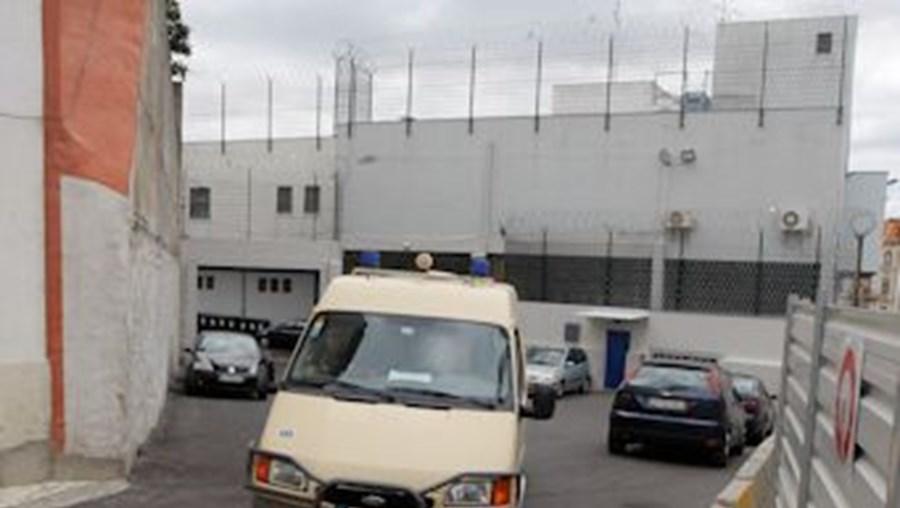 Dois inspetores pararam o carro junto à zona prisional da PJ e o traficante abriu a porta e fugiu a correr com as algemas penduradas