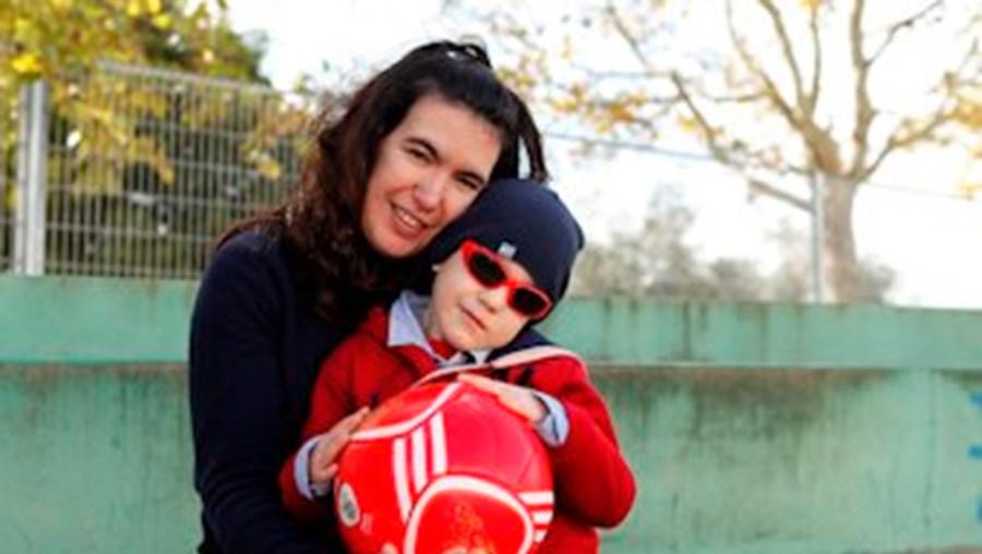 Andreia Oliveira, com o filho João Dinis, mantém a esperança de encontrar um tratamento