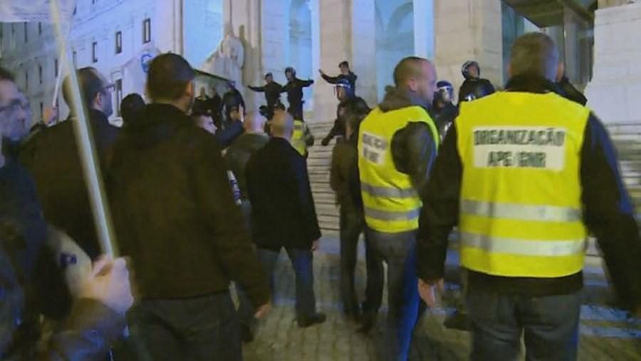 Elementos das forças de segurança durante o protesto