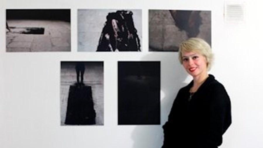 A  artista Ana Marreneca fotografada perto do seu trabalho plástico