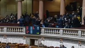 Professores evacuados das galerias do Parlamento