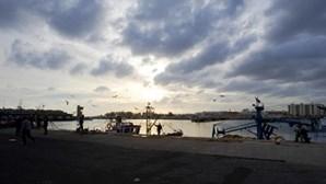 Buscas suspensas para encontrar pescadores de Olhão