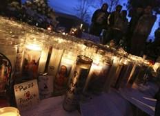 Fãs reúnem-se perto de um santuário improvisado num memorial não oficial em homenagem à estrela de 'Velocidade Furiosa'