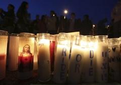 Fãs reúnem-se perto de um santuário improvisado num memorial não oficial em homenagem ao ator Paul Walker, estrela do fime 'Velocidade Furiosa'