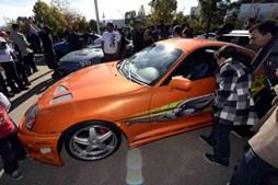 Fãs juntam-se à volta de carros do filme 'Velocidade Furiosa', perto do local onde o ator Paul Walker morreu num acidente de carro em Valencia, na Califórnia, EUA