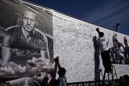 Fã assina um placard gigante de mensagens em memória de Paul Walker
