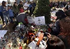 Fãs colocam cartazes e flores no local do acidente que vitimou Paul Walker a 30 de novembro