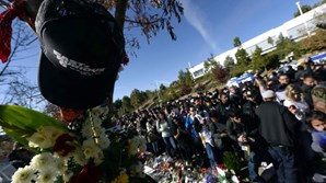 Em memória do ator Paul Walker milhares de fãs reuniram-se junto ao local do acidente