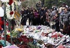 Fãs do ator colocaram centenas de flores no local do acidente