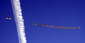 Um avião puxa uma faixa que diz 'RIP Deus esteja com a estrela de 'Velocidade Furiosa' Paul Walker'