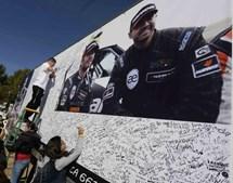 Fãs assinam placard gigante de mensagens
