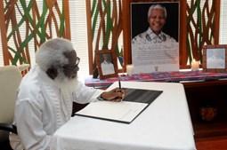 Embaixador a Nigéria, Akinyemi Farounbi, assina livro de condolências