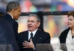 Barack Obama cumprimenta Raul Castro