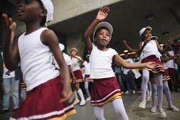 Raparigas dançam durante as cerimónias fúnebres de Nelson Mandela.