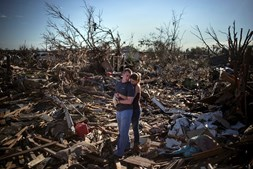 Casal faz uma pausa enquanto tentar salvar os restos da casa de um familiar, um dia depois de um tornado ter devastado a cidade de Moore, no Estado de Oklahoma, EUA