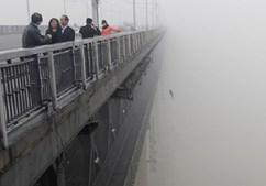 Jovem salta da ponte do rio Yangtze, em Wuhan, na China, logo depois de outra pessoa ter saltado, suicidando-se minutos antes