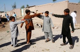 Crianças afegãs brincam com armas de brincar no primeiro dia do Eid al-Adha, em outubro