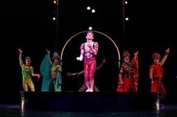 No palco circular da Arena, a viagem  faz-se  com  a  cor  dos quatro elementos