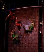 Numa enorme parede instalada em cena, atletas do Japão, da China, Ucrânia, Bielorrússia, Rússia e Espanha desafiam a força da gravidade com passadas largas e saltos no ar.