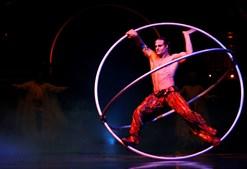 Jonathan Morin, que em palco gira numa roda gigante, foi atleta até aos 20 anos, quando passou a integrar o circo canadiano.
