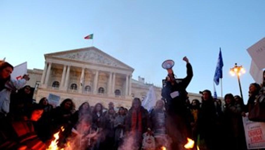 Em frente ao Parlamento, professores queimaram cópias de diplomas para contestar a prova