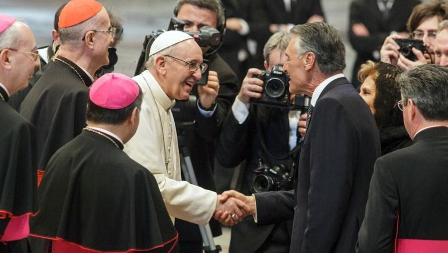 Cavaco Silva cumprimenta o Papa Francisco, no Vaticano, em Roma