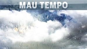 País em alerta devido à agitação marítima e neve