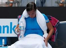 Tenista belga Kirsten Flipkens recorre à água para tentar arrefecer