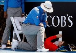 Assistente ajuda uma apanha bolas que se sentiu mal durante uma partida