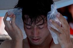 Tenista japonês Kei Nishikori mantém sacos de gelo na cara