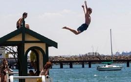 Homem dá mergulho no mar