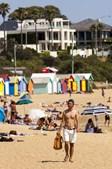 Australianos aproveitam calor para apanhar sol