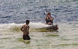 Fazem desporto dentro de água para combater calor