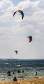 População a fazer kite surf