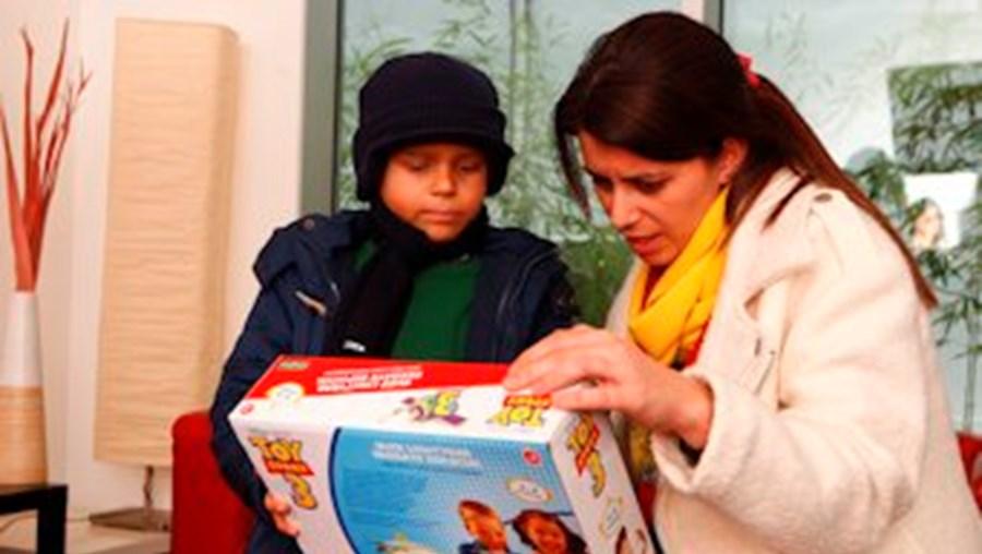 Afonso esteve na CMTV. Na foto, mostra um brinquedo à jornalista Andreia Vale