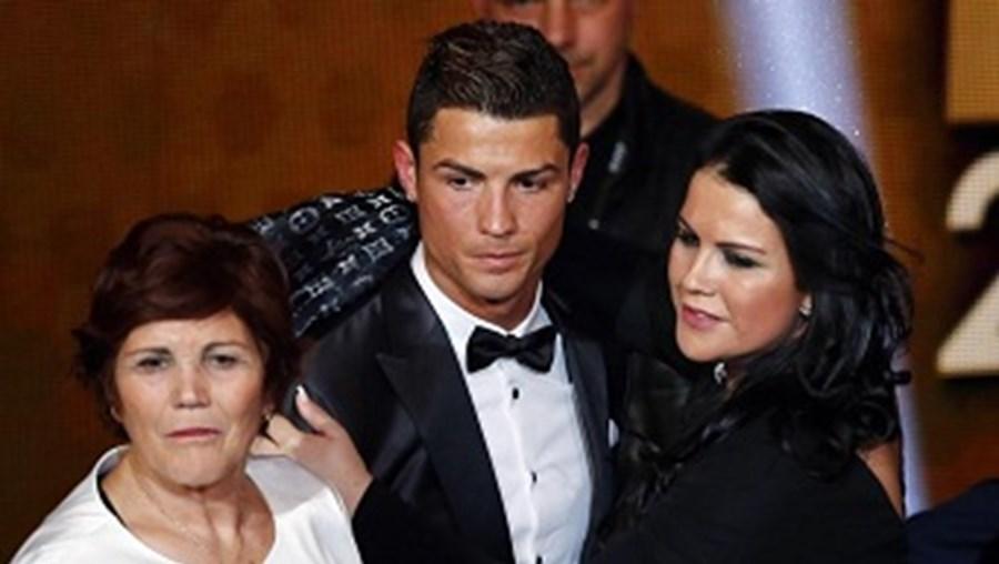 Cristiano Ronaldo acompanhado por Dolores Aveiro, a mãe (à esquerda), e por Kátia Aveiro, a irmã