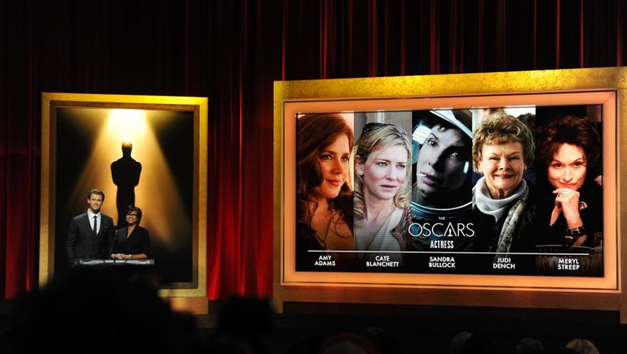 Chris Hemsworth e a presidente da Academia Cheryl Boone Isaacs anunciaram nomeados