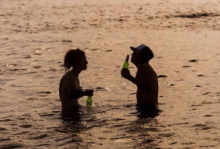 Australianos refrescam-se na praia de Brighton, em Melbourne