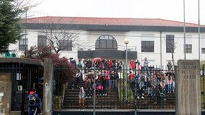 Polícias travam guerra em escolas