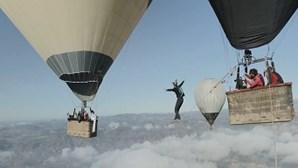 Arriscam vida entre dois balões a 800 metros de altura