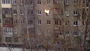 Jovem em chamas atira-se do quinto andar