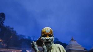 Hindus fumam droga para celebrar deus hindu