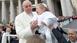 Bebé 'mini Papa' chora ao colo de Francisco