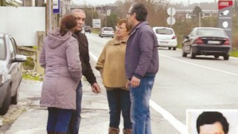 Familiares e amigos de Domingos Rodrigues (foto peq.) juntaram-se ontem no local onde o homem foi atropelado