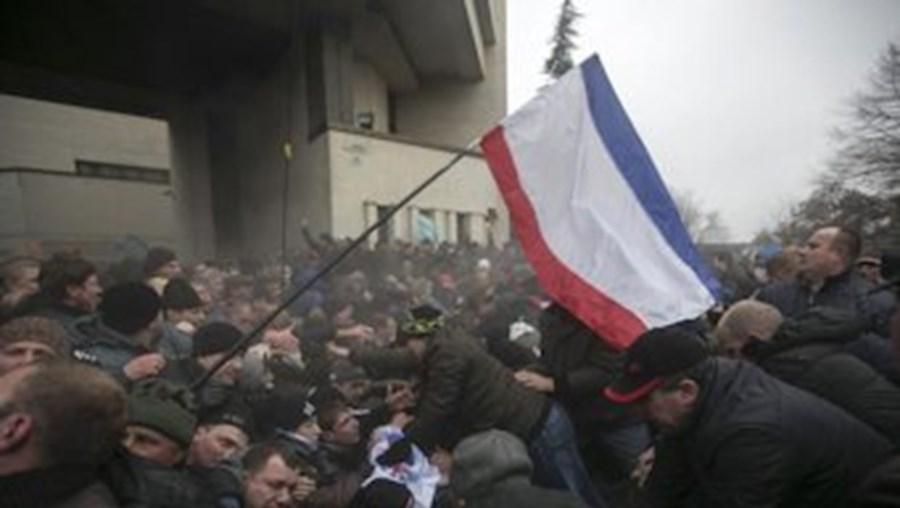 Confrontos na Crimeia entre manifestantes pró-russos e apoiantes das novas autoridades de Kiev